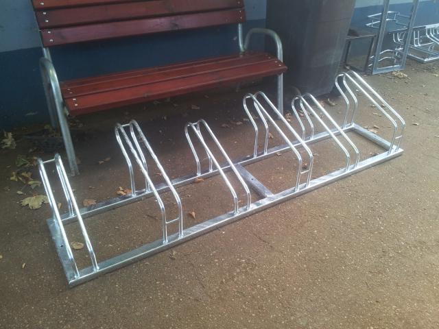 Kerékpár tárolók, padok